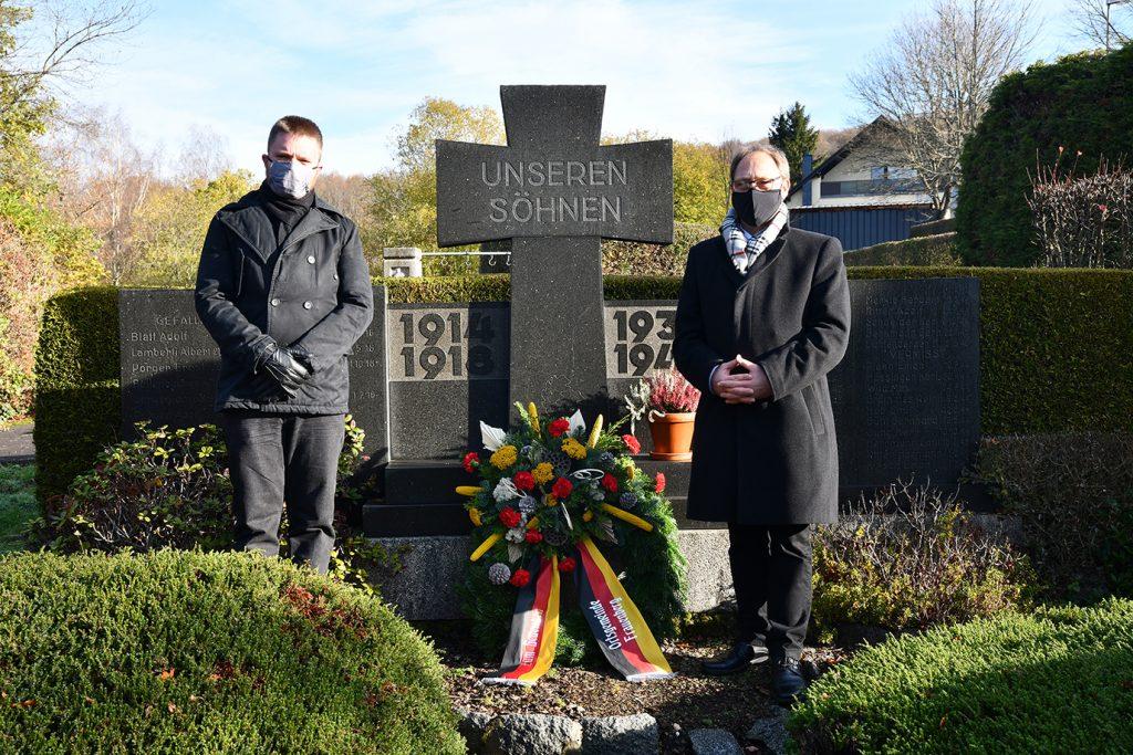 Andreas Duhrmann und Patrick Kielburger bei der Kranzniederlegung (Foto: Gerhard Müller)