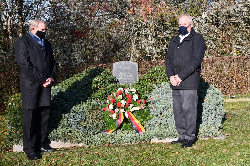 Karl-Heinz Thom und Joachim Bechtel bei der Kranzniederlegung (Foto: Gerhard Müller)